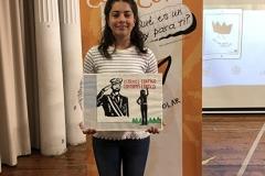 La ganadora de Aragón XXXVIIIª Edición mostrando su trabajo