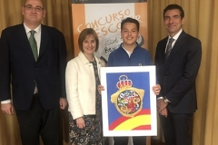 El ganador de Asturias XXXVIII Edición con las Autoridades mostrando su trabajo