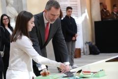 Paula Uriel, ganadora en Aragón, explica su trabajo a Felipe VI   © Casa de S.M. el Rey