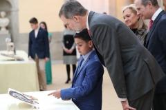El ganador de Ceuta, Yassin Sbihi explicando su trabajo a S.M.   © Casa de S.M. el Rey