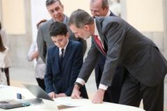 S.M. el Rey visualizando el simpático trabajo ganador de Miguel Esteban, ganador por la Comunidad de Madrid   © Casa de S.M. el Rey