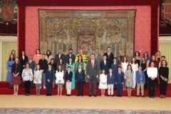 Los 20 ganadores y sus profesores junto con S.M. el Rey   © Casa de S.M. el Rey