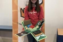 La ganadora de la XXXXVIII Edición de Cantabria mostrando su trabajo