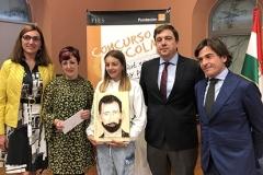 La Ganadora de Rioja XXXXVIII Edición con las Autoridades, mostrando su trabajo