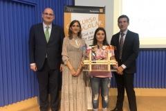 La ganadora de la Edición de Galicia XXXVIII con las Autoridades, mostrando su trabajo