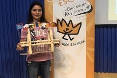 La ganadora de la Edición de Galicia XXXVIII mostrando su trabajo